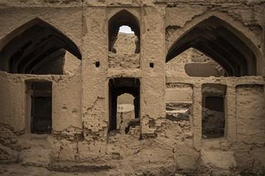 افزونبر آسیبی که به بدنه و بستر دژ زده شده، دیوارهای آن هم در نقاط گوناگونی مورد حفاری و تخریب قرار گرفته است.