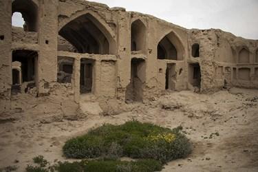 قلعه جهانآباد سرخه در استان سمنان یکی از بیشمار دژهای سرزمین ایران است که پدیدههای طبیعی همچون سیل از سویی و دستیازیهای سوداگران گنج به ویرانی آن دامن میزند.