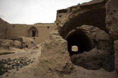 به دلیل بارندگی و ترمیم نکردن قلعه سقف اتاق های باقیمانده در قلعه در حال تحریب است.