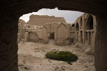 سوداگران اشیای قیمتی دیوارهای قلعه را هم شکافتهاند و حفاریهای غیرمجاز پرشمار در بستر قلعه خودنمایی میکند.