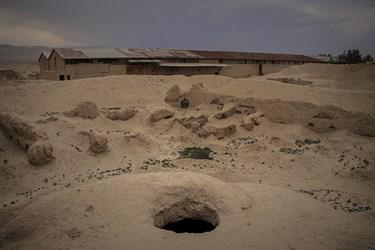 کاوشگران و جستوجوگران گنج هم در سالیان گذشته جایجای این قلعه را حفاری کردهاند
