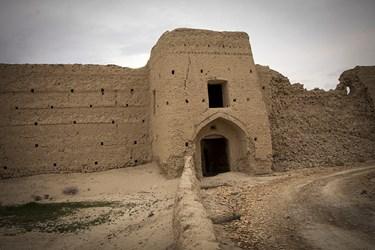 ورودی قلعه تاریخی جهانآباد که در روستایی به همین نام در جنوب سرخه جای دارد.
