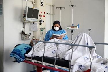 جزخوانی قرآن توسط یکی از پرستاران بر بالین بیمار مبتلا به کرونا