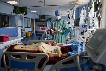 جزخوانی قرآن بر بالین بیمار مبتلا به کرونا بستری شده در بخش