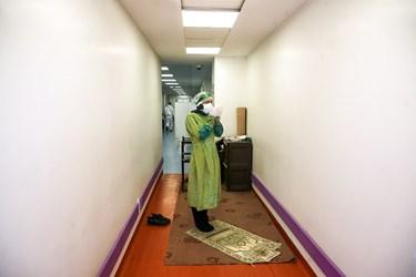 اقامه نماز پرستار جهادی در  راهروی بیمارستان