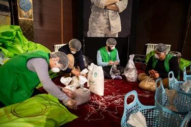 تقسیم برنج در بستههای 5 کیلویی سبد ارزاق