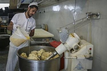 آرد، آب، روغن و تخم مرغ از مواد اصلی برای تهیه زولبیا بامیه است.