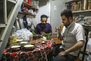همه ساله در این ماه مبارک بر اساس یک سنت قدیمی مردم اقدام به مصرف زولبیا و بامیه در وعده افطار می کنند