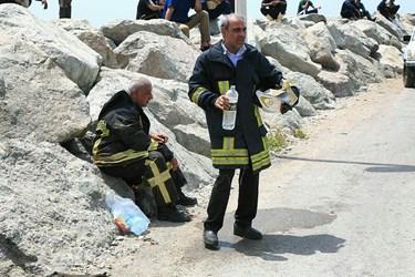 عکس  «حریق» شناور «صیادی» در بندرعباس