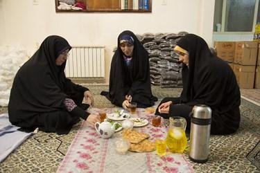 افطار کردن گروه جهادی فتح پس از آماده کردن غذا و قبل از توزیع
