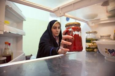 فائزه مسعودی به سایر اعضای گروه، در پخت غذا کمک میکند
