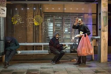 بیخانمانهای خیابان مولوی  که توسط اعضای گروه فتح،  غذای گرم دریافت کردهاند