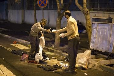 توزیع غذای گرم به کارتن خوابها در محدوده خیابان مولوی