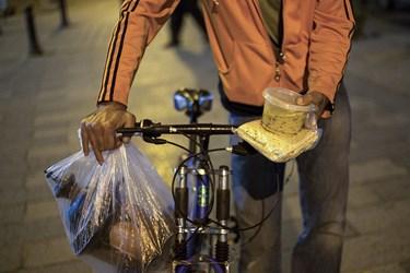 توزیع غذای گرم به کارتن خوابها در میدان محمدیه