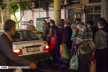 توزیع غذای گرم به کارتن خوابها در میدان مولوی