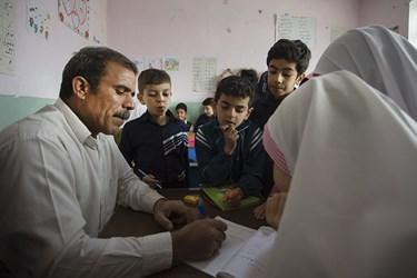 غلامحسن ابوالقاسمی معلم ۴۷ساله روستای سیدآباد خمین است که مدت ۲۵سال سابقه تدریس در مقطع ابتدایی را دارد