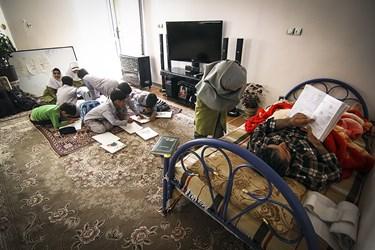 امیررضا سلطانی آموزگار قمی به علت دیسک کمر در منزل به دانش آموزان خود در روستای سنجگان قم درس می دهد