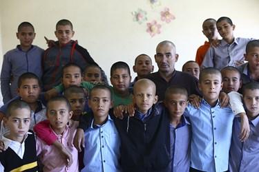 احمد بلقی معلم مدرسه چن سبیلی شهرستان آق قلا و دانش آموزانش بخاطرهمدردی با محمد صفا که بیمار سرطانی است، موهای سر خود را تراشیده اند.