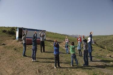 محمود عاطفی معلم مدرسه روستایی درمدرسه منطقه محروم بالدرن هر روز قبل از آغاز درس با دانش آموزان خود ورزش می کند/ شهرستان اهر