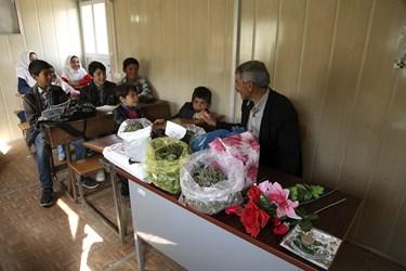 محمود عاطفی معلم مدرسه روستایی درمدرسه منطقه محروم بالدرن با استفاده از گیاهان محلی  به بچه های روستا درس می دهد / شهرستان اهر