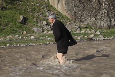 محمود عاطفی معلم مدرسه روستایی برای رسیدن به مدرسه باید از رودخانه عبور کند /شهرستان اهر