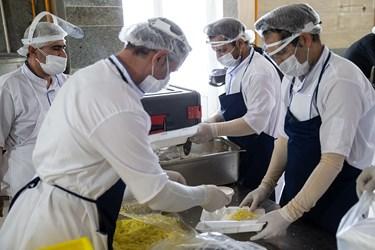 پرسنل جهادی آشپزخانه در حال بسته بندی غذای روز