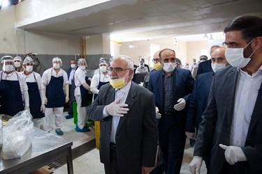 مرتضی بختیاری رئیس کمیته امداد پس از اتمام بازدید، با کارگران خداحافظی میکند