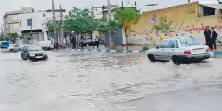 باران و تگرگ موجب آبگرفتگی معابر و منازل بستان آباد شد + فیلم