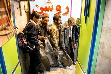 افراد بیخانمان پس از شناسایی توسط اعضای گروه الکفیل،  به گرمابه منتقل شدهاند.