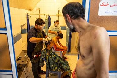 اصلاح موی سر افراد بیخانمان توسط جهادگران گروه جهادی الکفیل