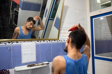 آماده شدن یکی از بیخانمانها بعد از حمام.