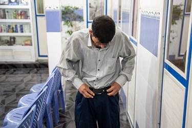 آماده شدن یکی از بیخانمانها بعد از حمام و دریافت لباسهای اهدایی.