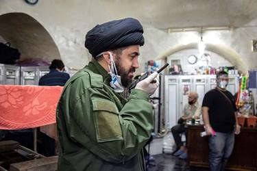 حجت الاسلام سیدامیر عبدالملکی مسئول گروه جهادی در حال هماهنگی و فراهم کردن مقدمات برای ورود افراد جدید به گرمابه.