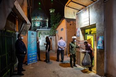بیخانمانها پس از اصلاح، حمام، معاینه و پوشیدن لباس، غذای گرم دریافت کرده و از حمام خارج میشوند.