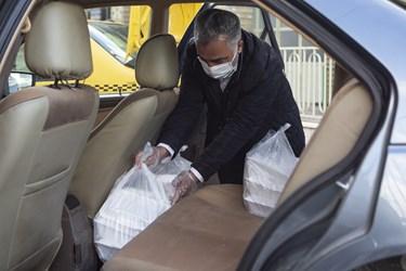 آماده سازی بسته های معیشتی در خودرو جهت توزیع به خانواده های کمبرخوردار استان قزوین