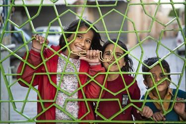 کودکان نظارهگر رزمایش همدلی در صحن امام زاده سلطان سید محمد قزوین