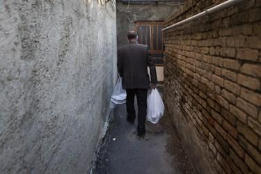 توزیع بسته های معیشتی به خانواده های کمبرخوردار توسط مددکاران کمیته امداد امام خمینی (ره)
