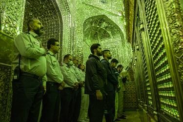 نیروهای شرکتکننده در عملیات ضدعفونی، پیش ازشروع عملیات به ساحت مقدس امامزاده صالح(ع) ادای احترام میکنند.
