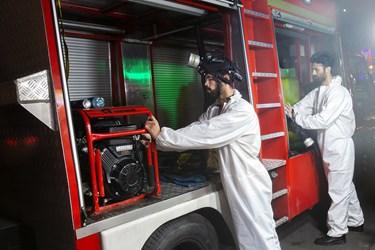 جمعآوری ادوات و تجهیزات پس از پایان عملیات ضدعفونی حرم امامزاده صالح (ع) و بازار تجریش
