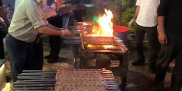 هیأتالرضا(ع) اهالی هرندی را به کباب و نان داغ مهمان کرد +عکس