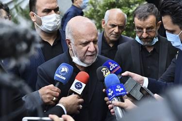 مصاحبه مطبوعاتی بیژن زنگنه وزیر نفت در حاشیه مراسم یادبود مرحوم حسین کاظمپور اردبیلی