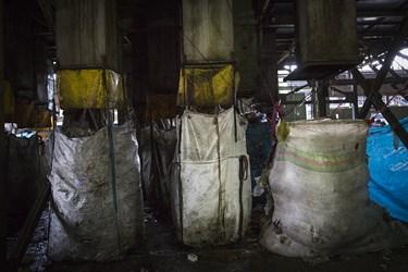 کیسه های حاوی مواد پلاستیکی در مرکز تفکیک پسماند /شهر کهریزک