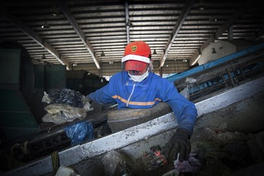 تفکیک دستی زباله ها از یکدیگر در مرکز پسماند /شهر کهریزک