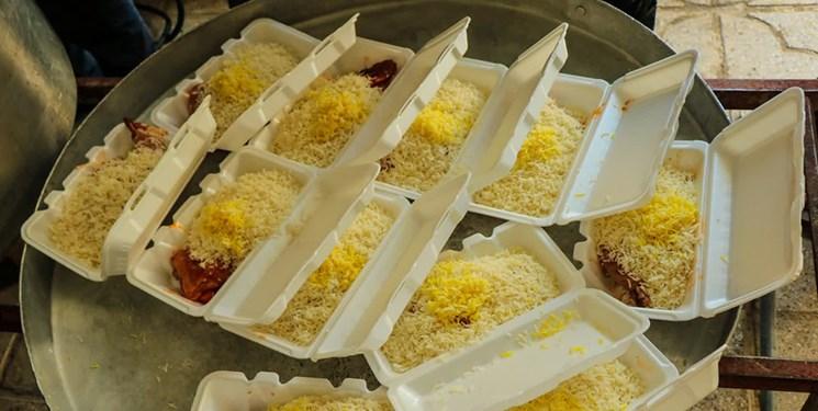 طبخ و توزیع غذای گرم جهت افطاری در بین خانوادههای نیازمند