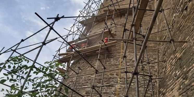 آغاز مرمت بخشهایی از دیواره قلعه فلکالافلاک+تصاویر