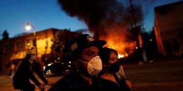 فیلم | ناتوانی پلیس «مینیاپولیس» در اجرای قوانین منع آمد و شد؛ حمله مجدد معترضان به اداره پلیس