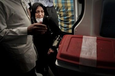 مادر مرحومه مبینا مولایی در حال نگاه کردن به جعبه حاوی قلب دخترش.
