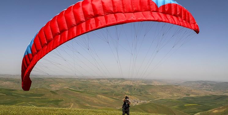 پرواز پاراگلایدرها بر فراز آسمان گولی بولاغ شهرستان بیلهسوار