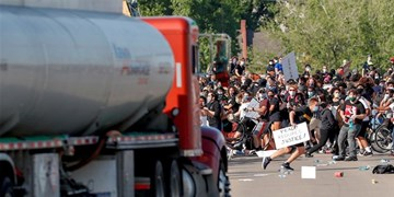 فیلم/ حمله یک کامیون به جمعیت معترضان در مینیاپولیس