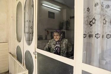 مادر بزرگ گاهی برای رفع دلتنگی کنار پنجره می آید و منظره بیرون از پنجره را نگاه میکند.